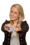 Ung kvinna som visar hennes körkort Royaltyfri Foto