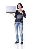 Ung kvinna som visar skärmen av den 17 tum bärbar dator Royaltyfria Bilder