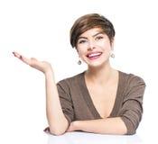 Ung kvinna som visar tomt kopieringsutrymme royaltyfria bilder