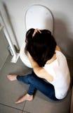 Ung kvinna som voimiting i badrummet Royaltyfri Bild