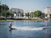 Ung kvinna som wakeboarding på havet Arkivbild