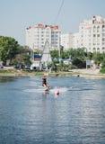 Ung kvinna som wakeboarding på havet Arkivbilder