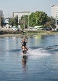 Ung kvinna som wakeboarding på havet Royaltyfri Foto