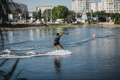 Ung kvinna som wakeboarding på havet Royaltyfri Bild