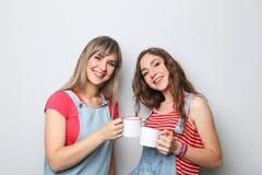 Ung kvinna två med koppar kaffe Royaltyfri Bild