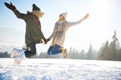 Ung kvinna två under vinter fotografering för bildbyråer