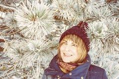 Ung kvinna under det snöig barrträdet royaltyfri fotografi