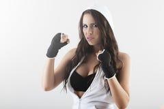 Ung kvinna under konditiontid och boxning Royaltyfri Foto