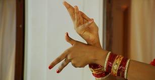 Ung kvinna utförande Bharatanatyam, närbild av en hand för kvinna` s Royaltyfria Bilder
