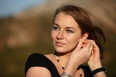 Ung kvinna utomhus Arkivfoton