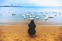Ung kvinna vid havet Lopplivsstil Svanseagulls Höst Kallt väder _ arkivbild