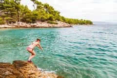 Ung kvinnabanhoppning i vattnet Fotografering för Bildbyråer