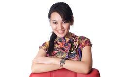 Ung kvinnabenägenhet på stol Arkivbild