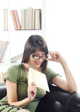 Ung kvinnakvinna med boken Royaltyfria Foton