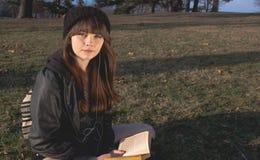 Ung kvinnaläsning Arkivbild