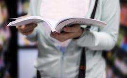 Ung kvinnaläsning bokar royaltyfria bilder