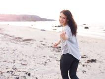 Ung kvinnaRunning som inviterar dig att komma Closer royaltyfria foton