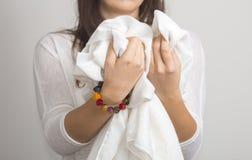 Ung kvinnas händer med det mång- färgarmbandet royaltyfri fotografi