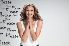 Ung kvinnas stående med lyckliga sinnesrörelser royaltyfri fotografi