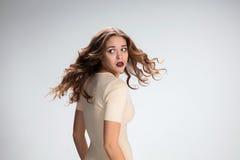 Ung kvinnas stående med skrämda sinnesrörelser royaltyfri foto