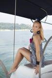 Ung kvinnasegling på yachten Royaltyfria Foton