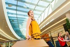 Ung kvinnashopping i galleria med påsar Royaltyfri Bild