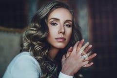 Ung kvinnastående royaltyfri fotografi