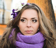 Ung kvinnastående fotografering för bildbyråer