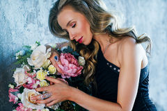 Ung kvinnastående royaltyfria bilder