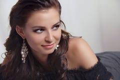 Ung kvinnastående av den härliga modellen royaltyfri fotografi