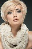 Ung kvinnastående For för Closeupskönhetstudio arkivbild