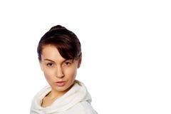 Ung kvinnastående som isoleras på white Fotografering för Bildbyråer