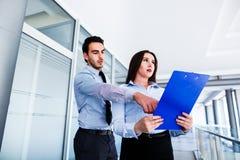 Ung kvinnlig anställd har många fel i rapport royaltyfri bild