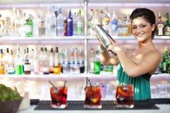 Ung kvinnlig bartenderflicka Royaltyfri Foto
