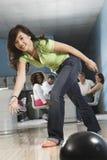 Ung kvinnlig bowling Fotografering för Bildbyråer