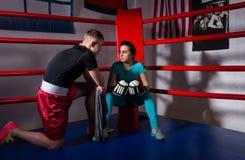 Ung kvinnlig boxare i boxninghandskar efter striden sittande nästa Co Royaltyfria Bilder