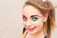 Ung kvinnlig cirkusartistnärbild arkivfoton
