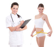 Ung kvinnlig doktor eller dietist med den slanka kvinnan som isoleras på whi royaltyfri foto