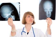 Ung kvinnlig doktor med röntgenstrålefotografiet Royaltyfria Bilder