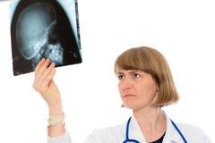 Ung kvinnlig doktor med röntgenstrålefotografiet Royaltyfri Bild