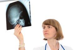 Ung kvinnlig doktor med röntgenstrålefotografiet Arkivbild
