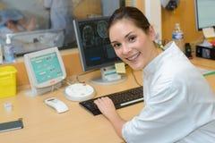 Ung kvinnlig doktor som studerar mriresultat Royaltyfria Foton