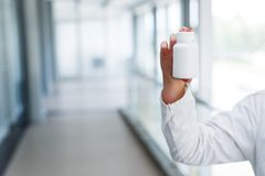 Ung kvinnlig flaska för doktorshållmellanrum royaltyfri foto