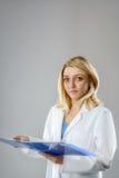 Ung kvinnlig forskare, tech eller medicinare, textutrymme Fotografering för Bildbyråer