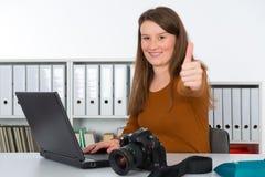 Ung kvinnlig fotograf Fotografering för Bildbyråer