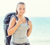 Ung kvinnlig fotvandrare på en strand Royaltyfri Fotografi