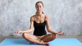 Ung kvinnlig görande yoga hemma