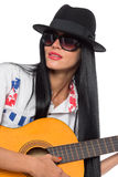 Ung kvinnlig gitarrist som bär en hatt royaltyfri fotografi