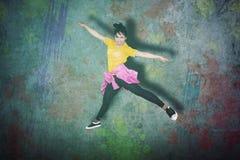 Ung kvinnlig höft-flygtur dansare som hoppar i studio royaltyfria bilder