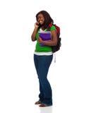 Ung kvinnlig högskolestudent som talar på telefonen Arkivfoton